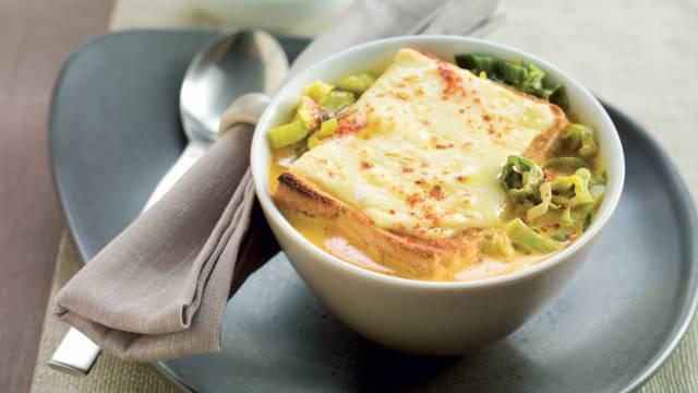 Soupe de poireaux et toast au fromage