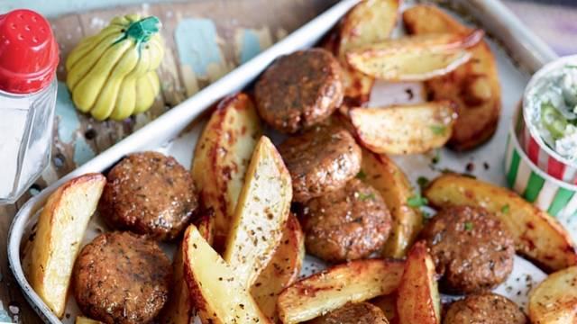 Potatoes, boulettes de viande, sauce à la grecque