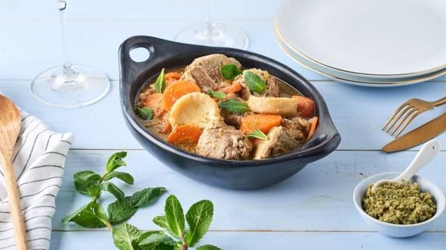 Gigot d'agneau à la tapenade, carottes jaunes et artichauts