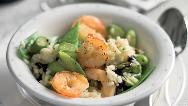 Risotto aux asperges, crevettes et pois gourmands