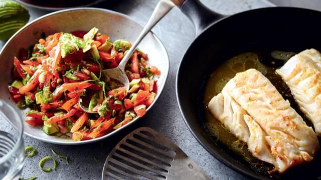 Poisson poêlé et salade épicée de tomates-avocat