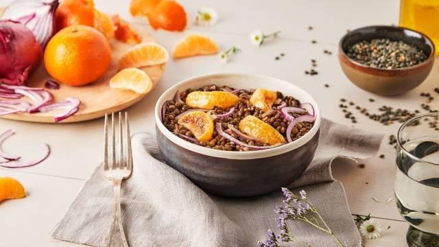 Salade de lentilles froides, oignon rouge et clémentines