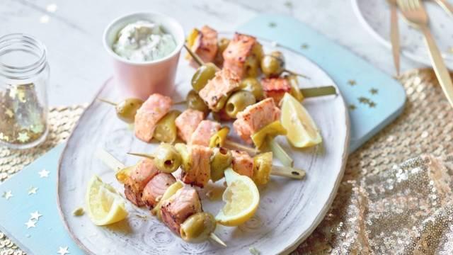 Brochettes de saumon et olives, dip au poireau