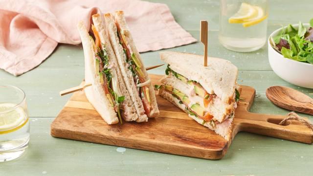 Club sandwich saumon, avocat, feuilles d'épinards et mozzarella