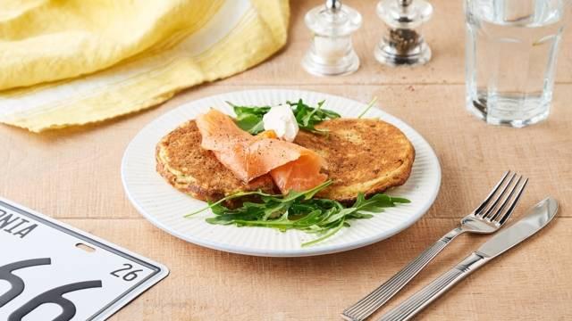 Pancakes salés au saumon fumé et roquette