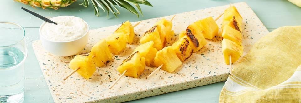 Brochettes d'ananas rôties au rhum et crème noix de coco