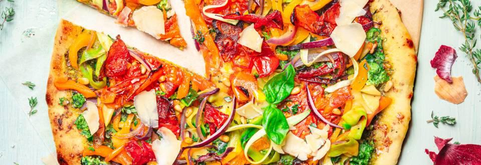 Pizza colorée aux légumes rôtis