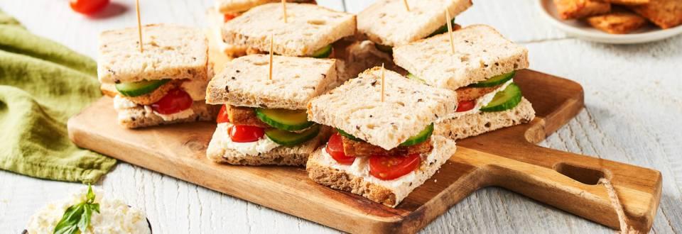 Minis sandwichs au concombre, tofu et tomates cerises