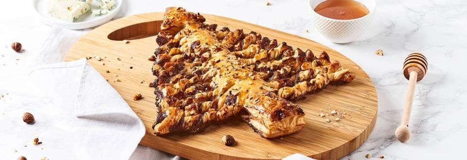 Sapin feuilleté au Roquefort, miel et éclats de noisettes