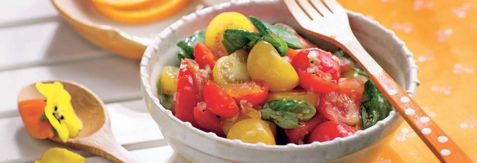 Panaché de tomates en salade, sauce à l'orange