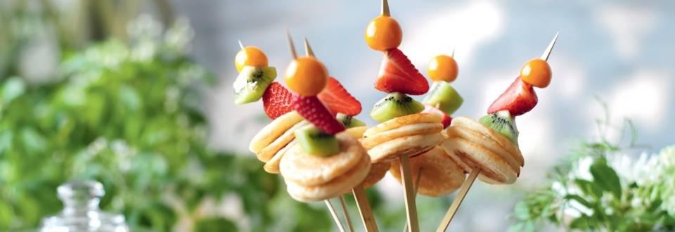 Brochettes de pancakes et fruits frais