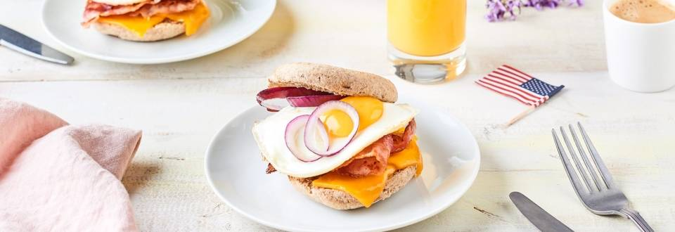 Egg muffin bacon, oignon rouge et cheddar