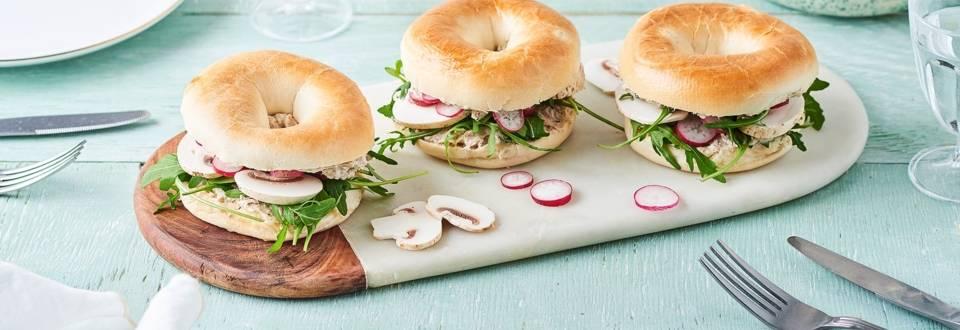 Bagel crème au thon et estragon, radis et champignons