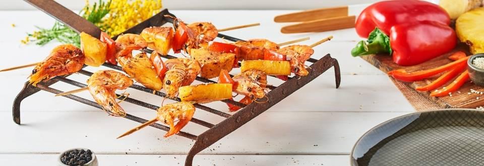 Brochettes de crevettes, poivrons et ananas