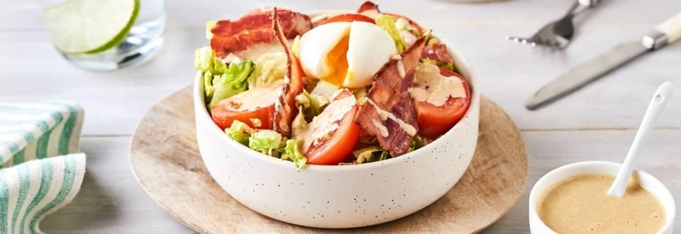 Sucrines sauce césar, bacon grillé et œuf mollet