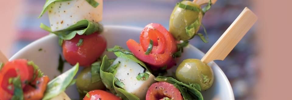 Brochettes de mozzarella, basilic et légumes du soleil