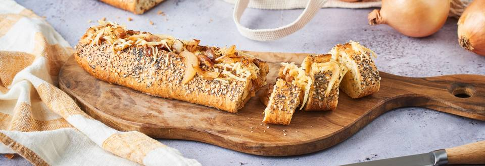 Baguette farcie oignon, lardons et gruyère