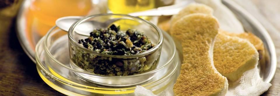 Os toastés et dip noir aux olives
