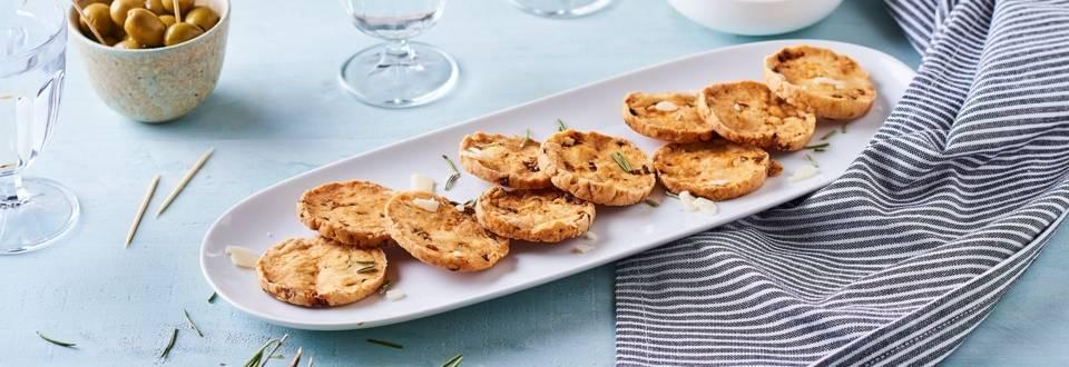 Crackers au parmesan, tomates séchées et romarin