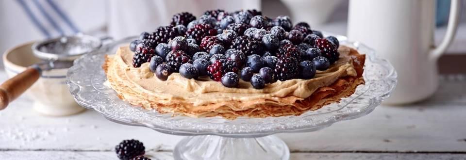 Gâteau de crêpes à la crème de cappuccino et baies