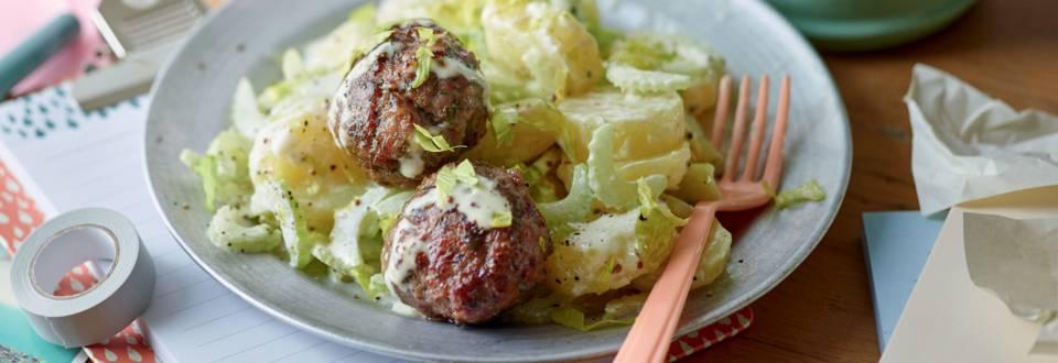Salade de pommes de terre et céleri, fricadelles de viande hachée