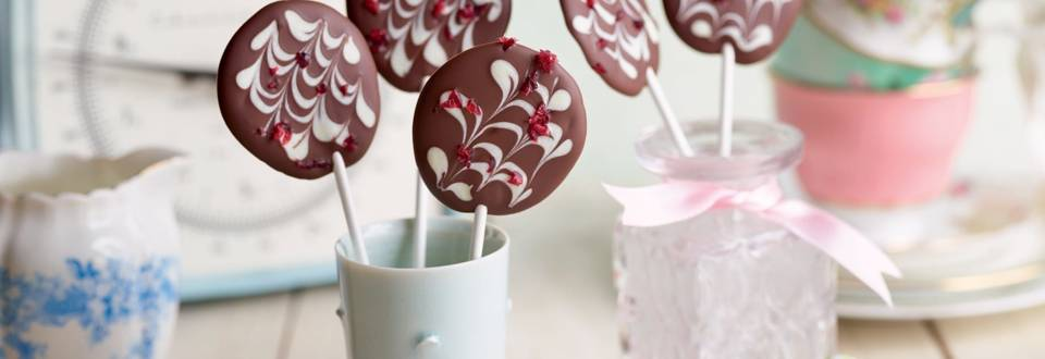Sucettes au chocolat et cerises confites