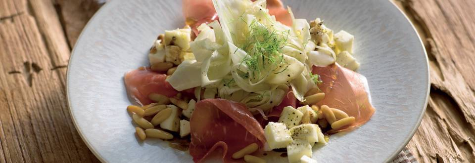 Effeuillage de jambon italien sur lit de fenouil et mozzarella