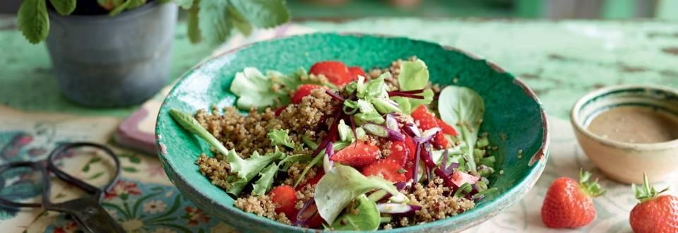 Salade de quinoa aux fraises et sauce aux noix