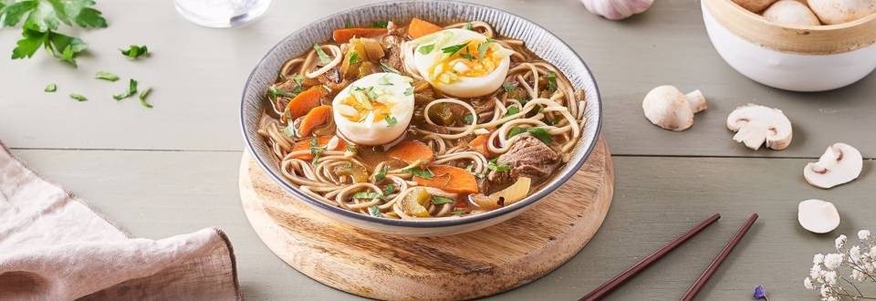 Soupe de nouilles au bœuf et œuf