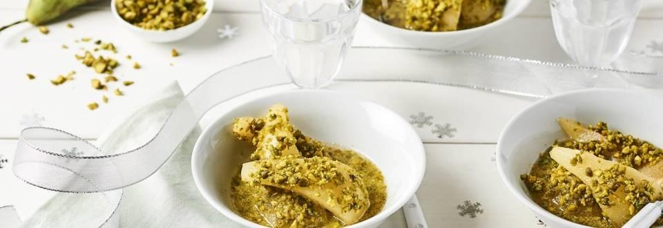 Poires pochées au vin blanc enrobées d'éclats de pistaches