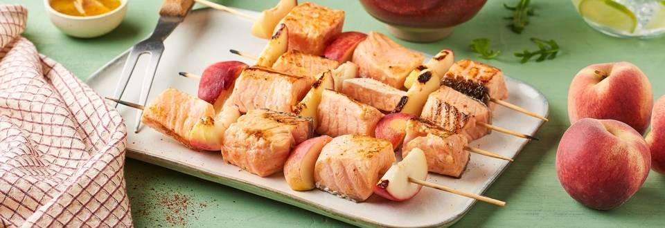 Brochettes de saumon et pêches marinées au miel