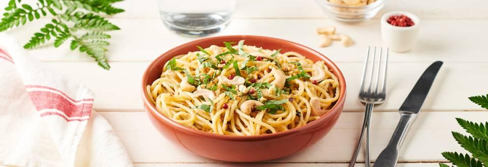 Spaghettis aux sardines, pesto de basilic et noix de cajou