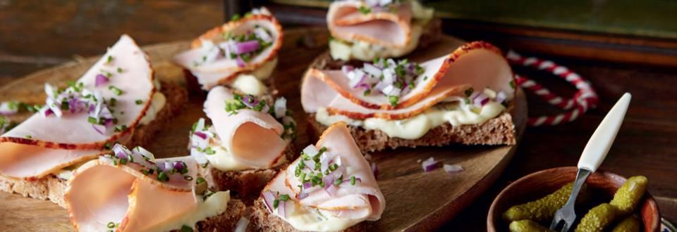 Toasts au jambon et crème de cornichons