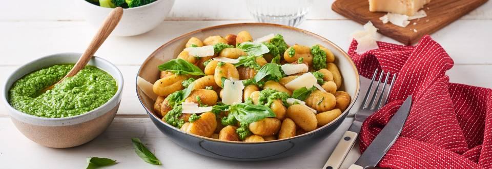 Gnocchis maison, pesto de brocolis et pignons de pins