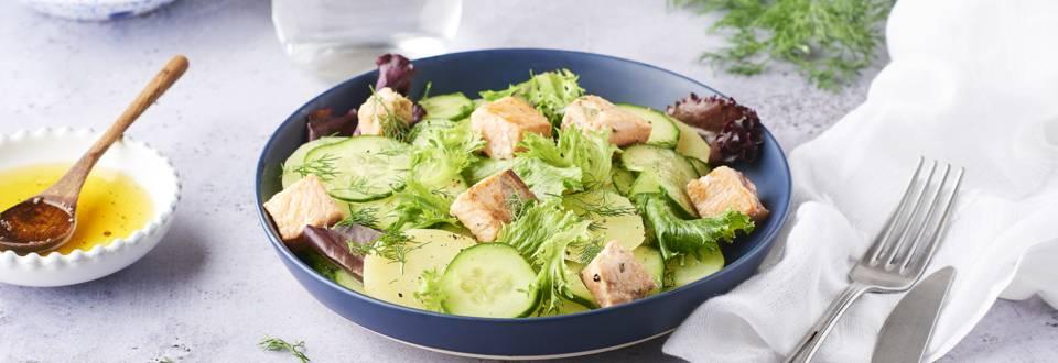 Salade de concombre mariné et dés de saumon