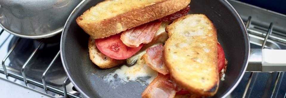 Sandwich gouda-bacon-tomate à la poêle