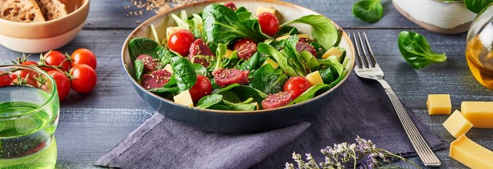 Salade de mâche, gésiers, tomates cerise, Beaufort et sésame