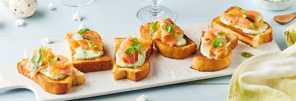 Toasts au saumon et crème au basilic