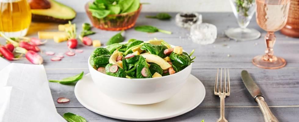 Salade de pousses d'épinards, lardons, Comté, radis et avocat