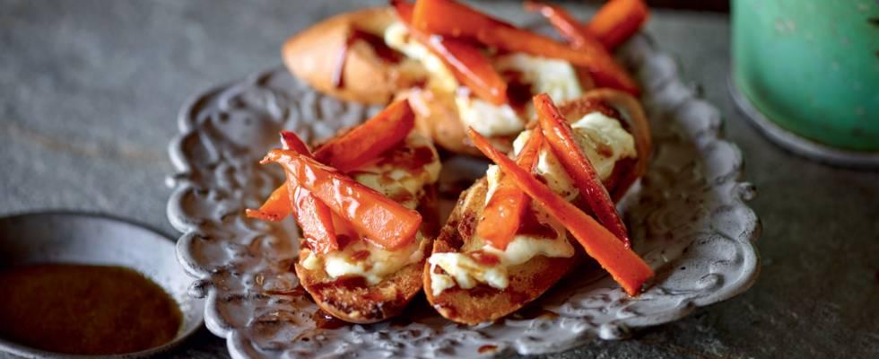 Toasts au fromage de chèvre et carottes marinées au café